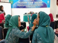 Moms in Maros Learn How to Make Up